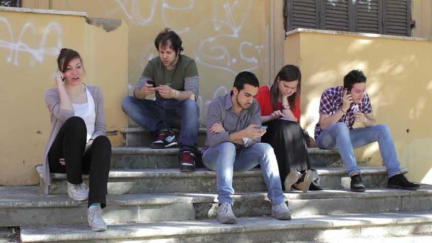 Sen pierādīts – mobilie telefoni bojā mūsu dzīvi. Uzzini – kā tieši!