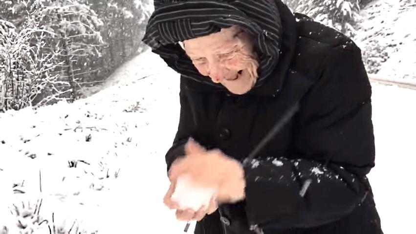 Dēls uzfilmēja, kā viņa mamma, kurai ir  101 gads, priecājas par sniegu! To vajag redzēt!