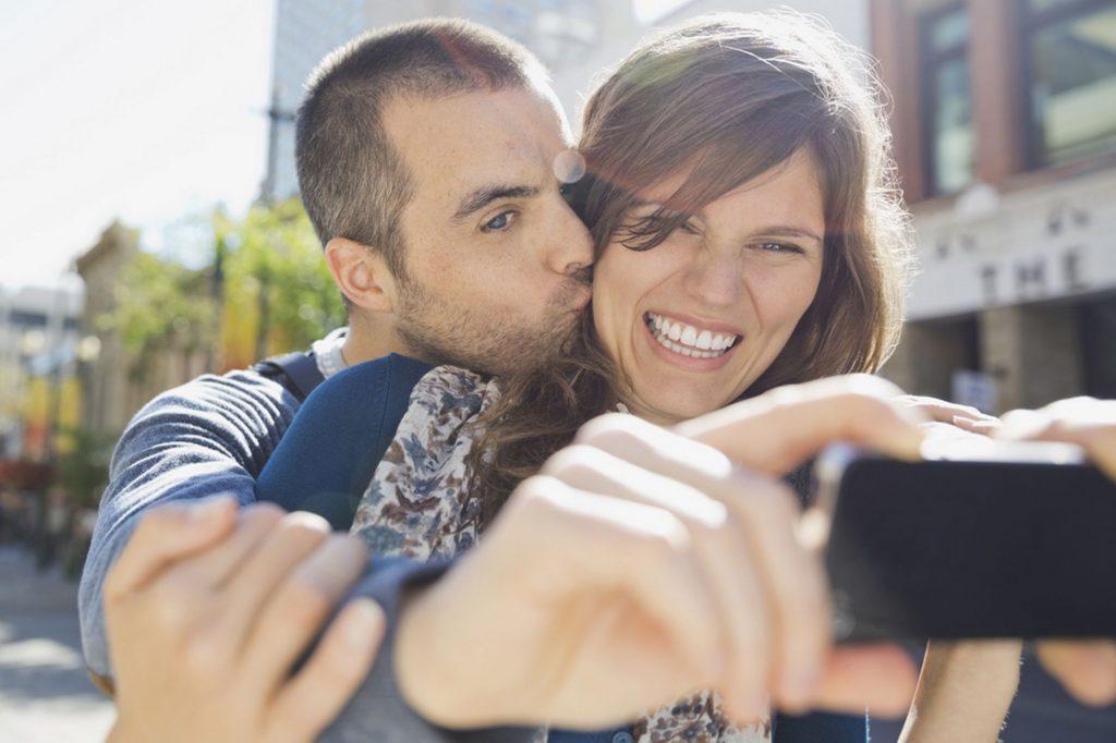 Pētījumi ir pierādījuši, ka patiesi laimīgi pāri neievieto savas mīlestības fotogrāfijas sociālajos tīklos…