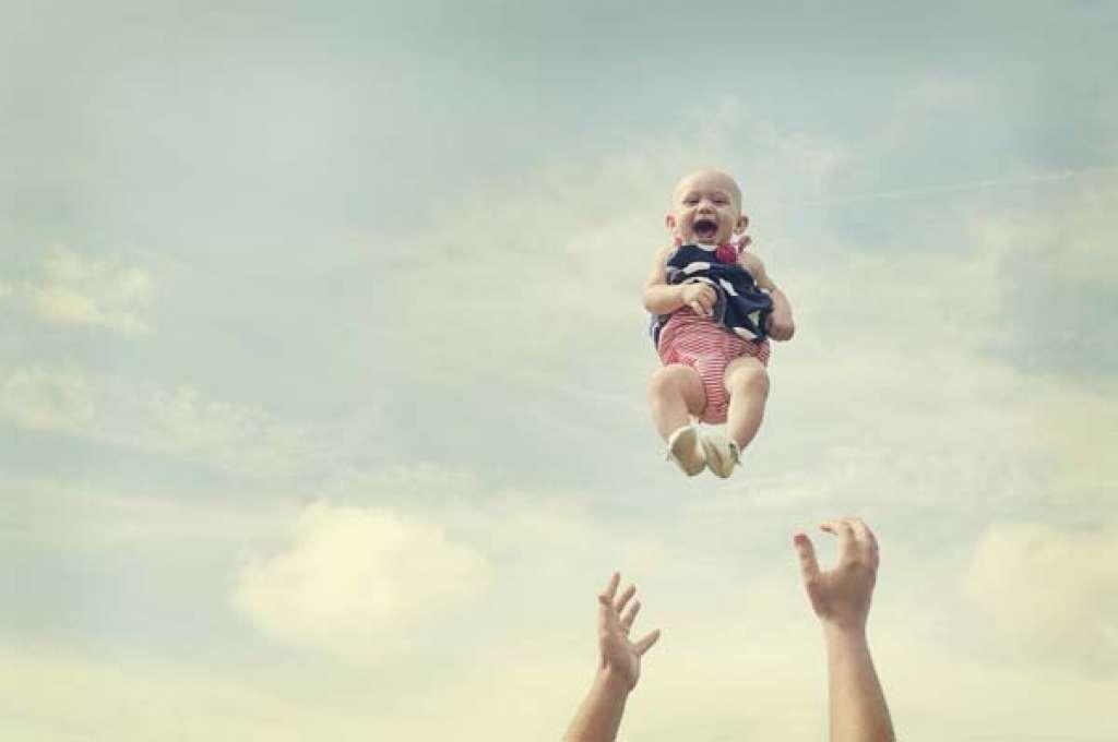 Mazuļa mētāšana gaisā var beigties letāli. Esat uzmanīgi! Noteikti izlasi!