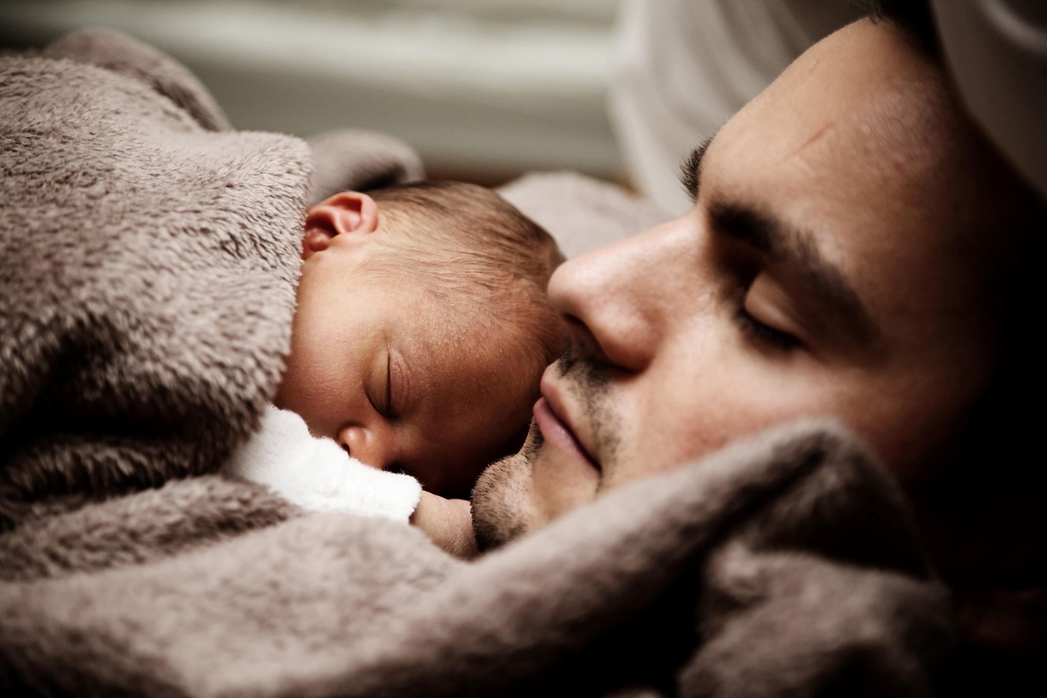 Lūk, saraksts ar 10 lietām, kuras nekad nedrīkst darīt, ja blakus ir jaundzimušais