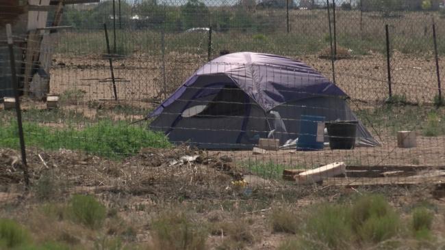 Kaimiņi, kas pamanīja šo telti, izsauca policiju. Kad policisti iegāja tajā iekšā, viņi nespēja noticēt redzētajam!