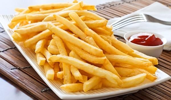 Pašu veselīgāko frī kartupeļu recepte. Pievieno slepeno sastāvdaļu un aizmirsti par eļļu