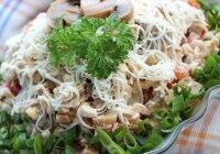 """Salāti """"Jaungada mežs"""" ar vistas krūtiņu, sieru un šampinjoniem. Veiksmīgi salāti svētku galdā – ikvienas saimnieces panākums!"""