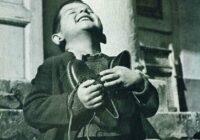 Zēns, drebot no aukstuma, basām kājām stāvēja pie veikala vitrīnas