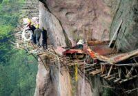Kā Ķīnā būvē ceļus kalnos – uz šiem foto pat skatīties bail. Celtnieki – Kamikadzes